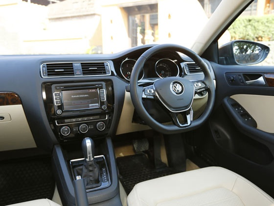 2015-volkswagen-jetta-facelift-launch-india--cabin-design-m2_560x420